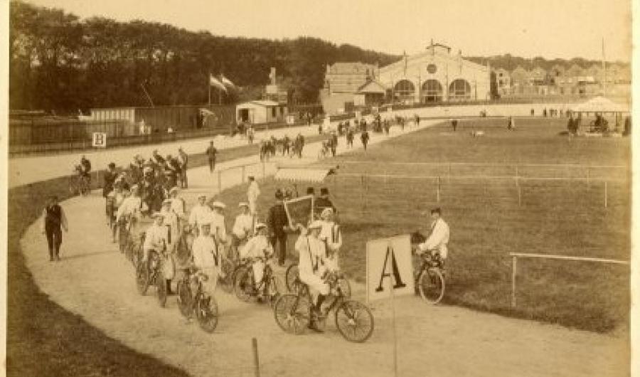 Sportterrein aan de Laan van Nieuw Oost-Indië op de hoek met de Theresiastraat