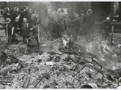 Opgetekend in dagboek van Henk Kortekaas vanuit de Maasstraat (Rivierenbuurt), was 22 jaar tijdens het bombardement (Kortekaas en Peeters (2014), 'Geheim vogeldagboek')