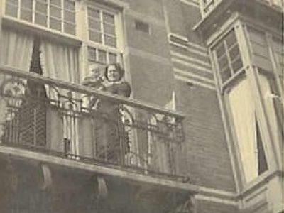 De heer Ruud Visser was 2,5 jaar ten tijde van het bombardement. Hij woonde met zijn ouders in de Amalia van Solmsstraat, recht tegenover het Bosbad. Vader Herman Visser had in die straat samen met zijn broer aannemingsbedrijf Gebr. E. & H. Visser, na de oorlog verhuisde dat naar de Cornelis Houtmanstraat 23.