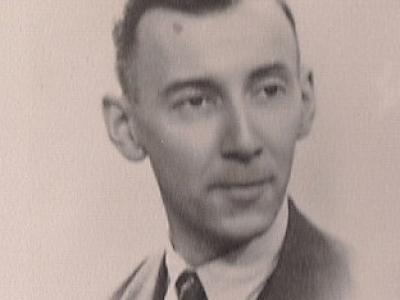 De heer W.J.A. de Voort (44 jaar ten tijde van het bombardement) was vlak voor het bombardement tijdens een werkdag bij het R.K. Centraal Bureau voor Onderwijs en Opvoeding aan de Bezuidenhoutseweg 275 getroffen door een bominslag. Na terugkomst uit het ziekenhuis moest hij op last van de politie op 1 maart 1945 zijn huis aan de Mariastraat 17 verlaten, vanwege een niet-ontploft projectiel in de tuin van de buren. Hij vond onderdak bij goede vrienden in de Adelheidstraat, in de buurt van de St. Liduinakerk, waar hij het bombardement meemaakte.